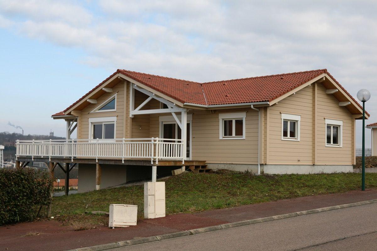 Maison en bois avec balcon