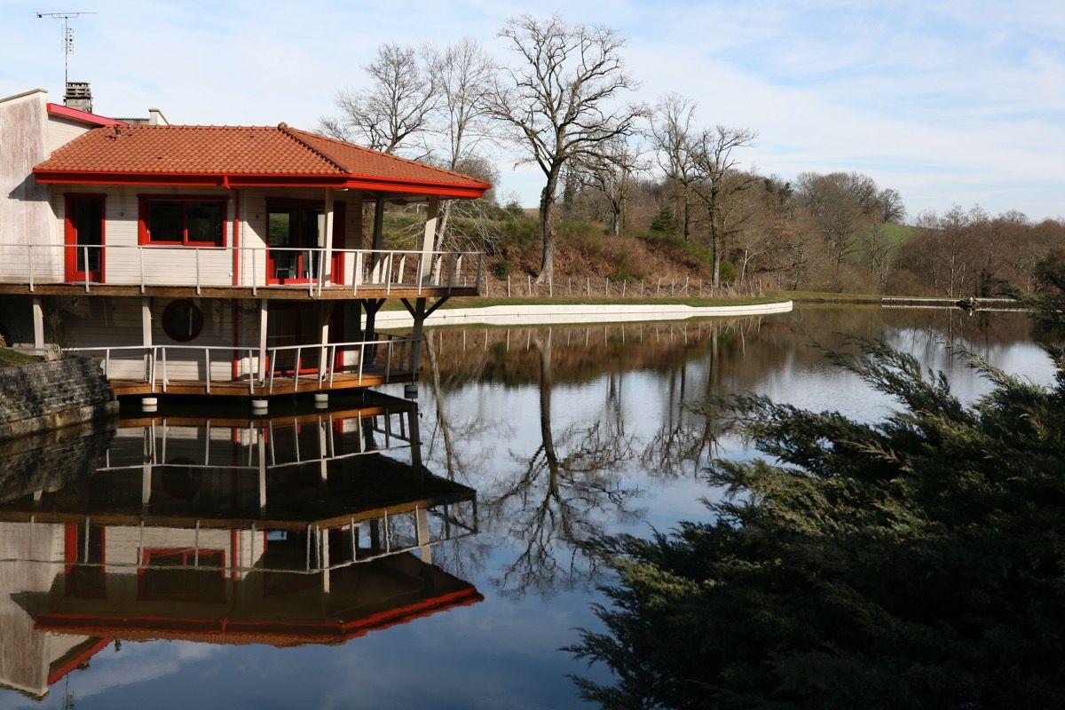 Habitation en bois sur l'eau