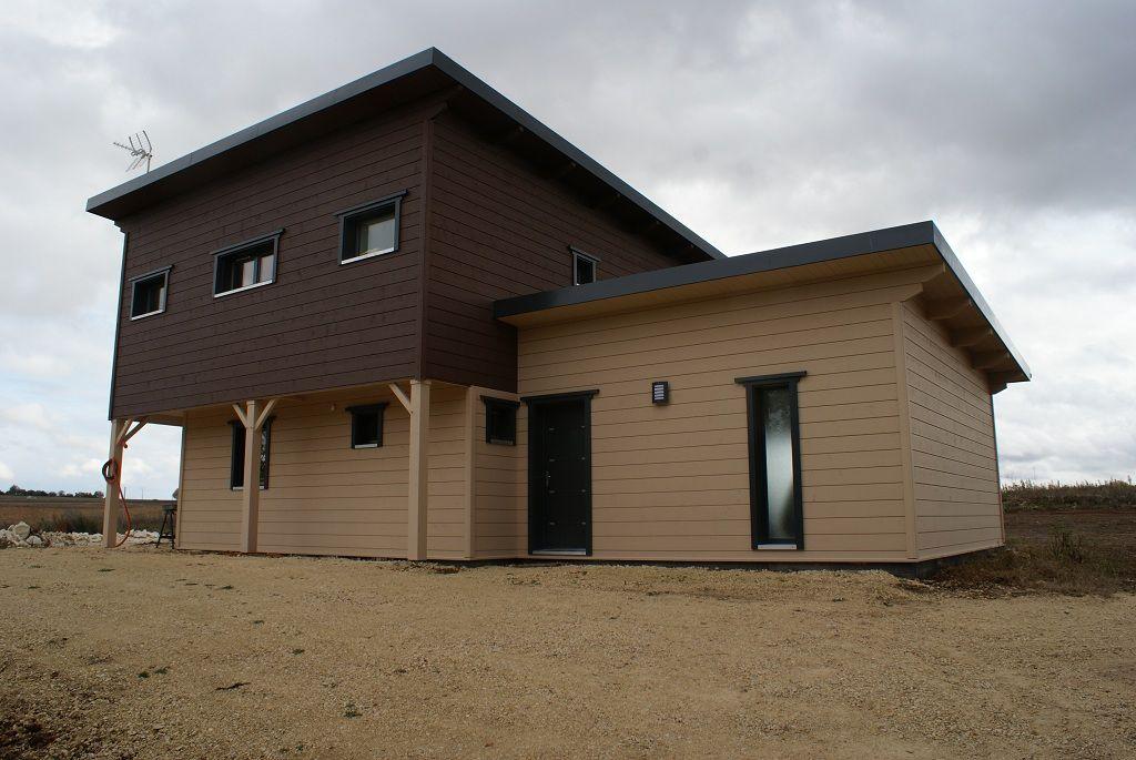 Maison en bois à deux couleurs