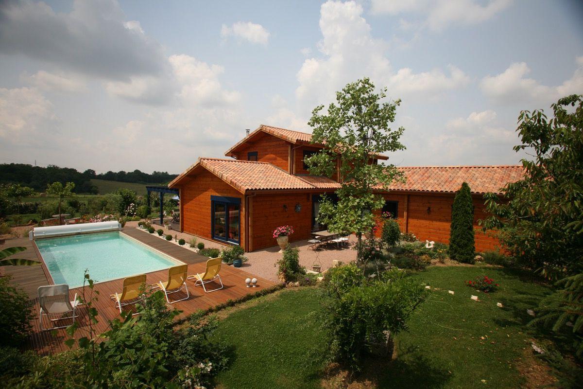 Habitation en bois avec de la végétation