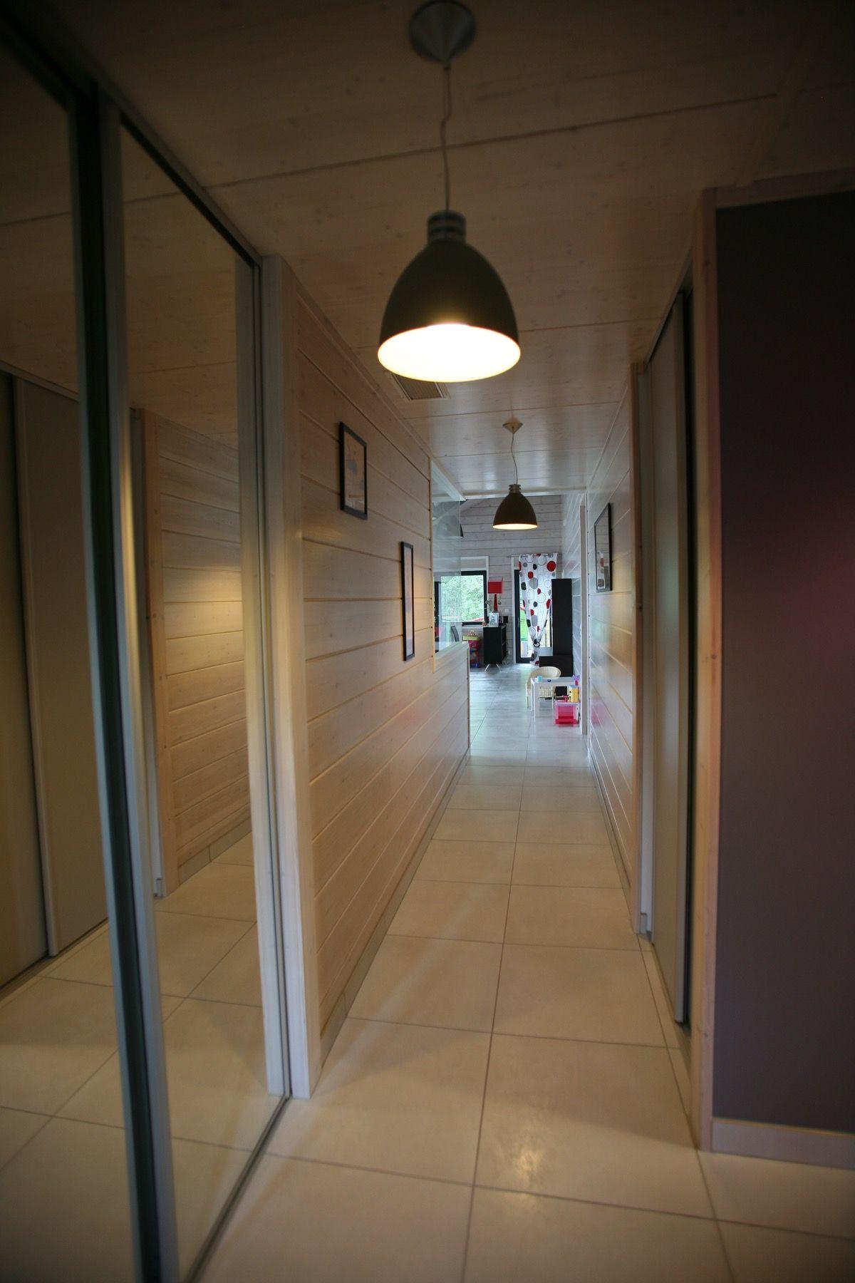 Grand couloir traversant une maison en bois