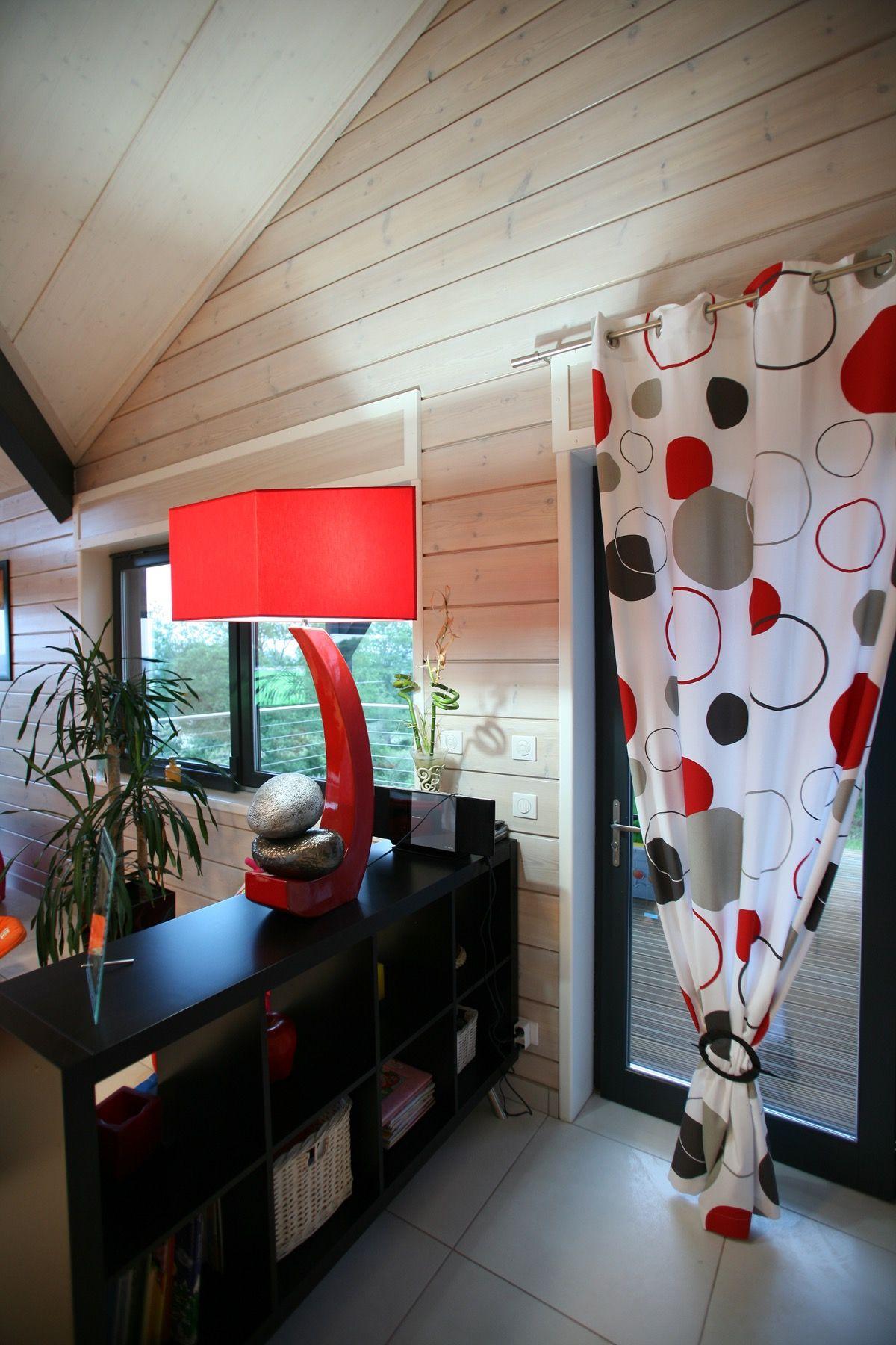 Intérieur logement en bois avec fenàªtre