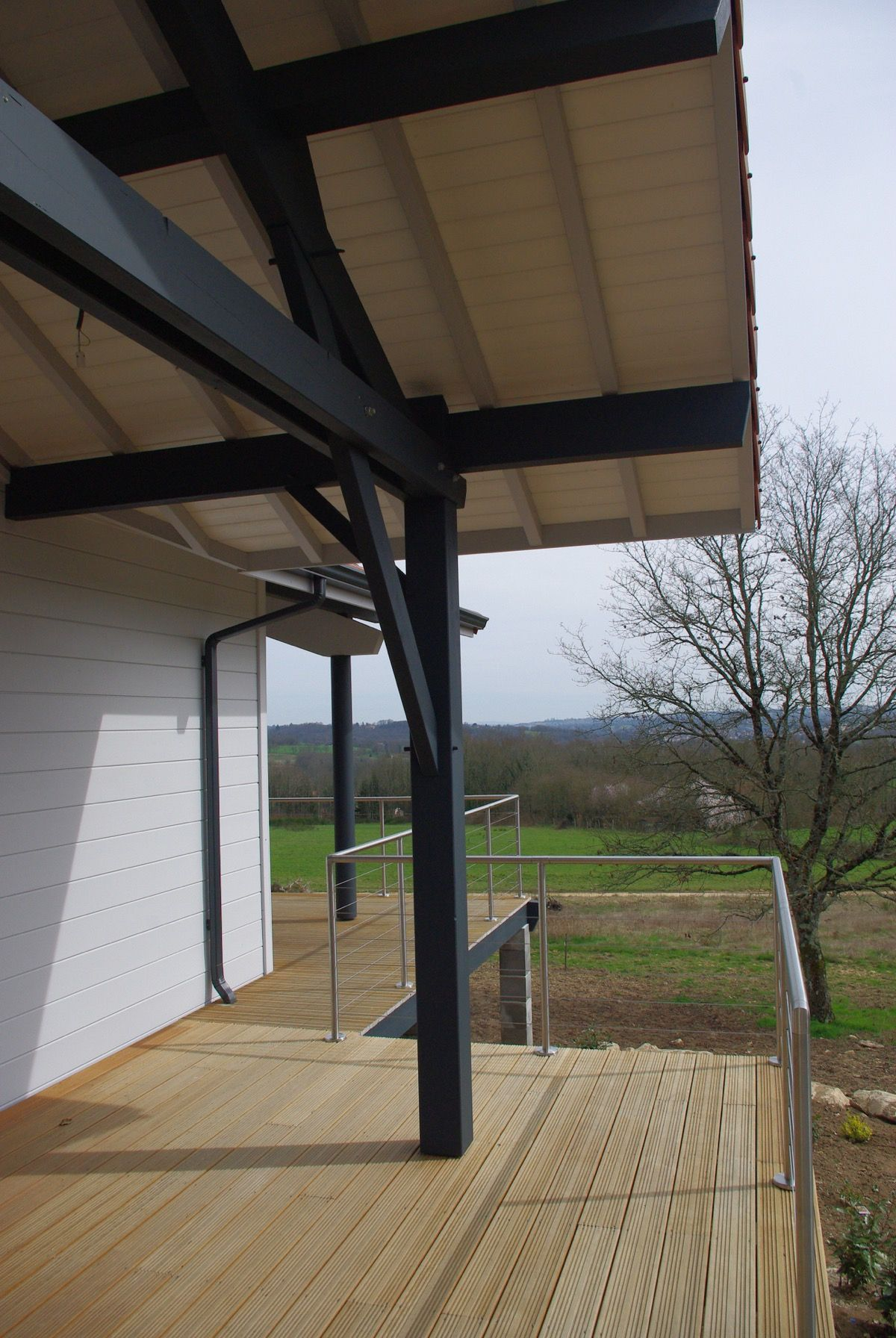 Balcon en bois avec toit