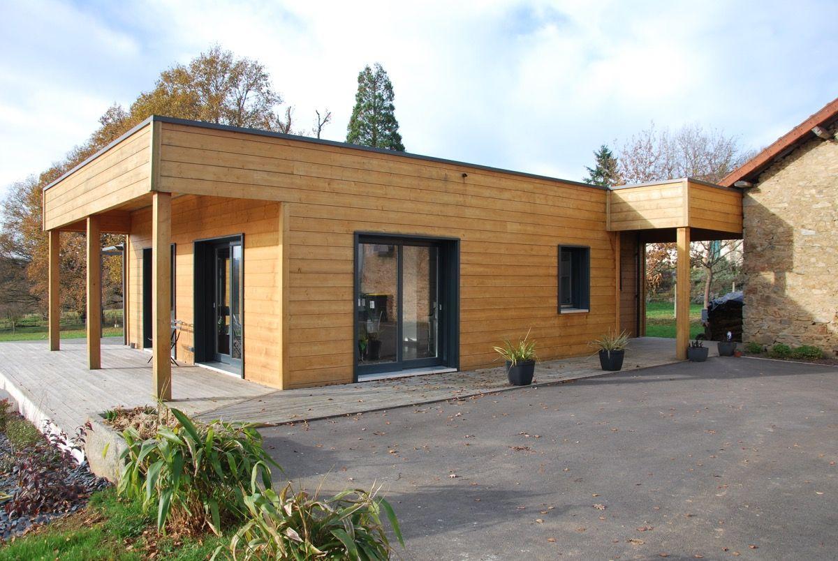 Habitation en bois avec un auvent