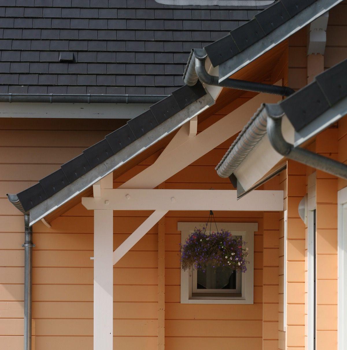 Maison en bois avec de grandes fenêtres